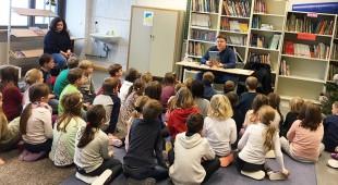 Geschichten und Buchstaben-Kekse am Vorlesetag - Marius Weiß las in Taunusstein und Hünstetten vor